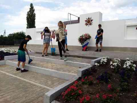 Уборка у памятника